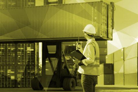 Ilustração de um homem com capacete da construção civil e um rádio na mão. Ao fundo uma empilhadeira carrega um contêiner