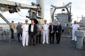 Participantes da cerimônia no no navio-tanque