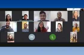 Imagem de videoconferência em tela do computador com 13 pessoas
