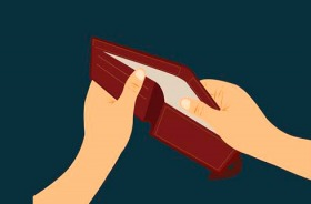 Mãos seguram uma carteira vermelha vazia
