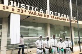 Cinco pessoas utilizando equipamentos de proteção em frente do Fórum Recife