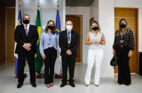Foto dos participantes da reunião em pé no Gabinete da Presidência