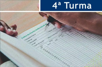 """Ilustração de uma pessoa assinando livro de ponto. No topo da imagem, há o texto """"4ª Turma"""""""