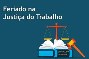 Imagem com balança e marreta da Justiça e inscrição FERIADO NA JUSTIÇA DO TRABALHO. Fundo azul, letras brancas.