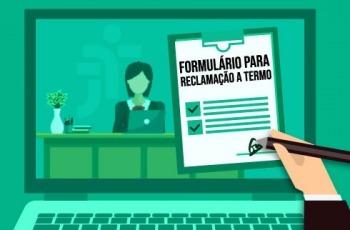Em tons de verde, ilustração de laptop, na tela, cidadão em escrivaninha. Primeiro plano, formulário preenchido à mão