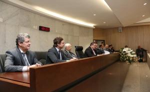 Fotografia de autoridades sentadas a mesa de solenidades