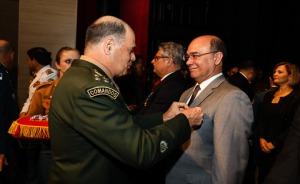 Fotografia de um militar colocando uma medalha no terno do presidente do TRT-PE