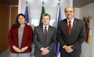 Foto pousada com dois visitantes ladeados ao presidente do TRT-PE