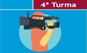 """Ilustração de um homem segurando uma câmera de TV. No topo da imagem há o texto """"4ª Turma"""""""