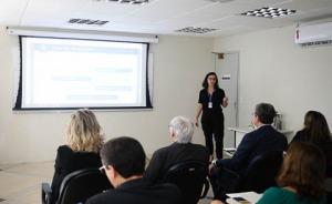 Chefe do Núcleo de Comunicação Social palestrando no curso de media training