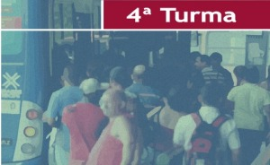 """Ilustração de pessoas entrando de um ônibus. No topo da imagem há o texto """"4ª Turma"""""""
