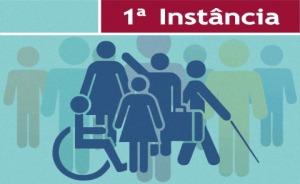"""Ilustração representando pessoas com deficiência. No topo da imagem há o texto """"1ª instância"""""""
