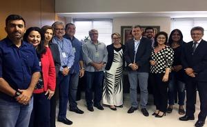 Grupo de 12 pessoas durante visita ao TRT6