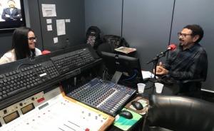 Juíza Wiviane Souza e radialista Valdir Bezerra, no estúdio do programa Você faz a notícia, da Rádio Clube