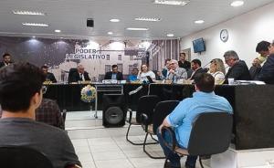 Autoridades reunidas na sala de audiências da Câmara